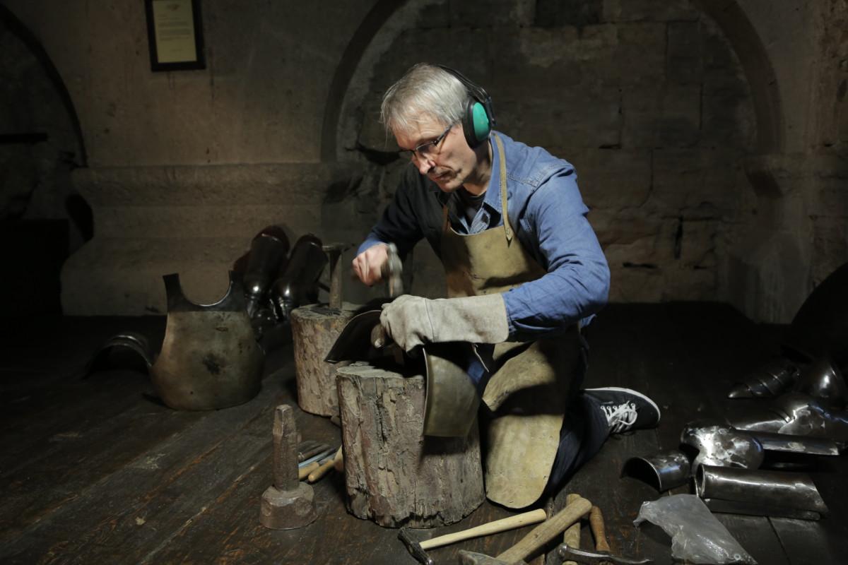 Christopher Bond beim Schmieden einer Ritterrüstung