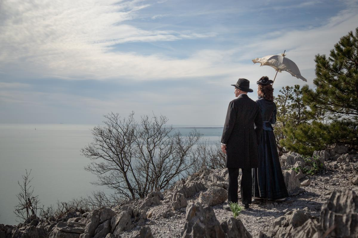 Elisabeth und Warsberg Blick zum Meer2_SunnyiMelles_AlexanderFennon©MichaelCencig_Metafilm